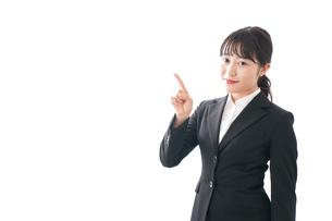 スーツ姿で指をさす若い女性の写真素材 [FYI04717878]