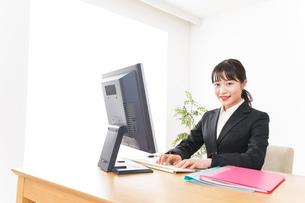 プレゼンテーションをする若いビジネスウーマン 営業イメージの写真素材 [FYI04717957]