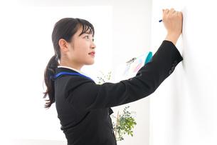 プレゼンテーションをする若いビジネスウーマン 営業イメージの写真素材 [FYI04717988]