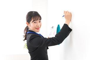 プレゼンテーションをする若いビジネスウーマン 営業イメージの写真素材 [FYI04717995]