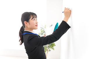 プレゼンテーションをする若いビジネスウーマン 営業イメージの写真素材 [FYI04717998]