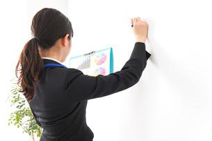 プレゼンテーションをする若いビジネスウーマン 営業イメージの写真素材 [FYI04717999]