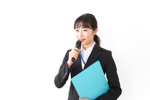 プレゼンテーションをする若いビジネスウーマン 営業イメージの写真素材 [FYI04718001]