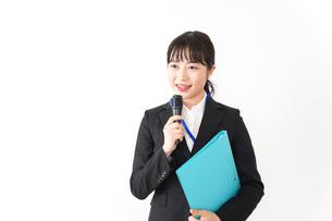 プレゼンテーションをする若いビジネスウーマン 営業イメージの写真素材 [FYI04718002]