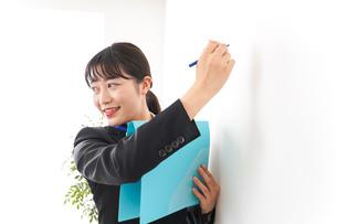 プレゼンテーションをする若いビジネスウーマン 営業イメージの写真素材 [FYI04718003]