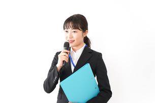 プレゼンテーションをする若いビジネスウーマン 営業イメージの写真素材 [FYI04718004]