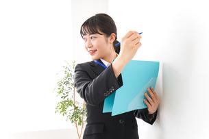 プレゼンテーションをする若いビジネスウーマン 営業イメージの写真素材 [FYI04718005]