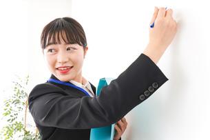プレゼンテーションをする若いビジネスウーマン 営業イメージの写真素材 [FYI04718006]
