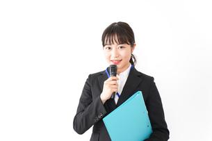 プレゼンテーションをする若いビジネスウーマン 営業イメージの写真素材 [FYI04718007]