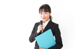 プレゼンテーションをする若いビジネスウーマン 営業イメージの写真素材 [FYI04718008]