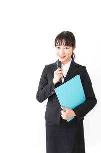 プレゼンテーションをする若いビジネスウーマン 営業イメージの写真素材 [FYI04718009]