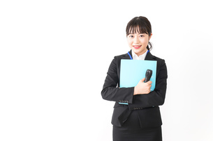プレゼンテーションをする若いビジネスウーマン 営業イメージの写真素材 [FYI04718010]
