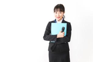 プレゼンテーションをする若いビジネスウーマン 営業イメージの写真素材 [FYI04718011]