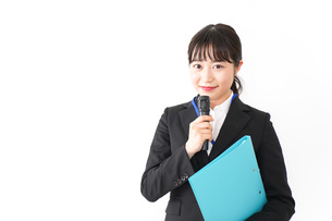 プレゼンテーションをする若いビジネスウーマン 営業イメージの写真素材 [FYI04718012]