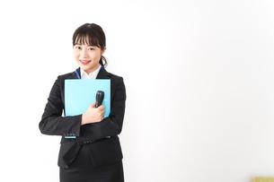 プレゼンテーションをする若いビジネスウーマン 営業イメージの写真素材 [FYI04718013]