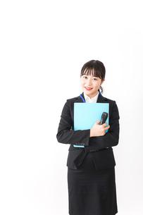プレゼンテーションをする若いビジネスウーマン 営業イメージの写真素材 [FYI04718015]