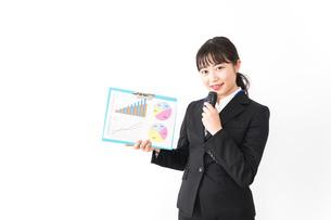 プレゼンテーションをする若いビジネスウーマン 営業イメージの写真素材 [FYI04718017]