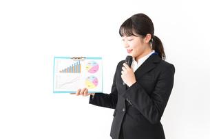 プレゼンテーションをする若いビジネスウーマン 営業イメージの写真素材 [FYI04718018]