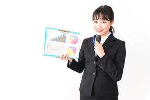 プレゼンテーションをする若いビジネスウーマン 営業イメージの写真素材 [FYI04718019]