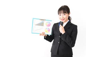 プレゼンテーションをする若いビジネスウーマン 営業イメージの写真素材 [FYI04718020]