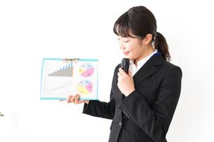 プレゼンテーションをする若いビジネスウーマン 営業イメージの写真素材 [FYI04718021]
