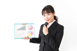 プレゼンテーションをする若いビジネスウーマン 営業イメージの写真素材 [FYI04718022]