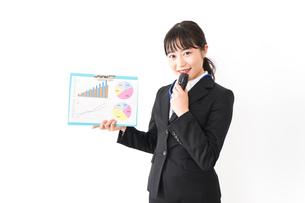 プレゼンテーションをする若いビジネスウーマン 営業イメージの写真素材 [FYI04718023]