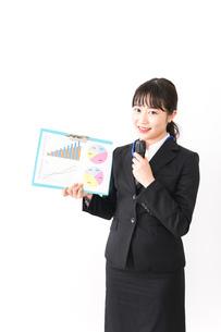 プレゼンテーションをする若いビジネスウーマン 営業イメージの写真素材 [FYI04718024]