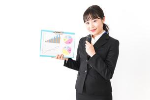 プレゼンテーションをする若いビジネスウーマン 営業イメージの写真素材 [FYI04718025]