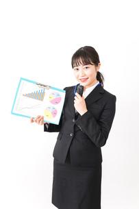 プレゼンテーションをする若いビジネスウーマン 営業イメージの写真素材 [FYI04718026]