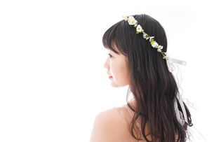 ウエディングドレスを着た笑顔の新婦の写真素材 [FYI04718028]