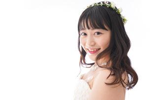 ウエディングドレスを着た笑顔の新婦の写真素材 [FYI04718029]