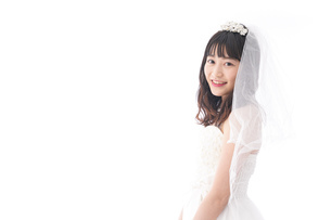 ウエディングドレスを着た笑顔の新婦の写真素材 [FYI04718030]