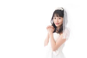 ウエディングドレスを着た笑顔の新婦の写真素材 [FYI04718031]
