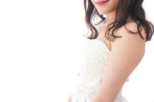 ウエディングドレスを着た笑顔の新婦の写真素材 [FYI04718032]