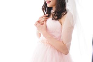 ピンクのドレスを着た花嫁の写真素材 [FYI04718036]