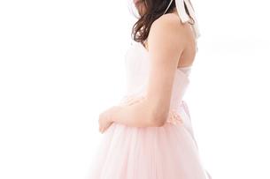 ピンクのドレスを着た花嫁の写真素材 [FYI04718038]