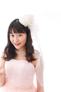 ピンクのドレスを着た花嫁の写真素材 [FYI04718039]