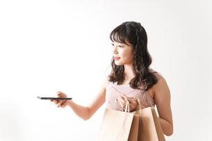 キャッシュレス・スマホ決済・クレジットカード決済イメージの写真素材 [FYI04718049]