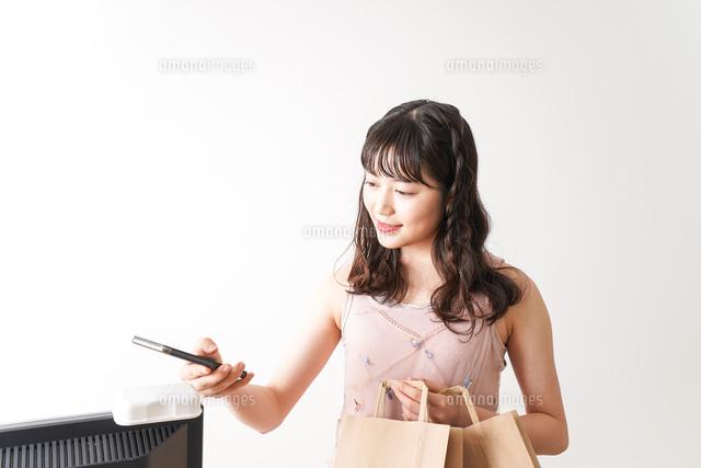 キャッシュレス・スマホ決済・クレジットカード決済イメージの写真素材 [FYI04718054]
