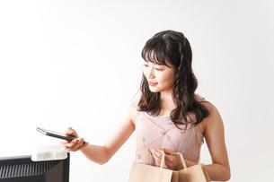 キャッシュレス・スマホ決済・クレジットカード決済イメージの写真素材 [FYI04718055]