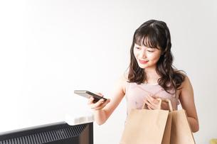 キャッシュレス・スマホ決済・クレジットカード決済イメージの写真素材 [FYI04718058]