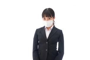花粉症・風邪・インフルエンザに苦しみマスクをする若い女性の写真素材 [FYI04718069]