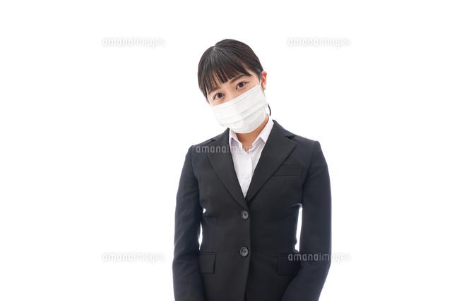 花粉症・風邪・インフルエンザに苦しみマスクをする若い女性の写真素材 [FYI04718070]