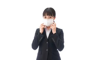 花粉症・風邪・インフルエンザに苦しみマスクをする若い女性の写真素材 [FYI04718072]