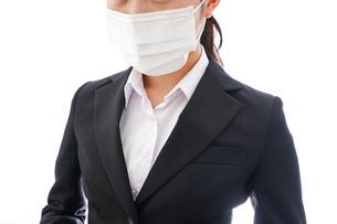 花粉症・風邪・インフルエンザに苦しみマスクをする若い女性の写真素材 [FYI04718073]