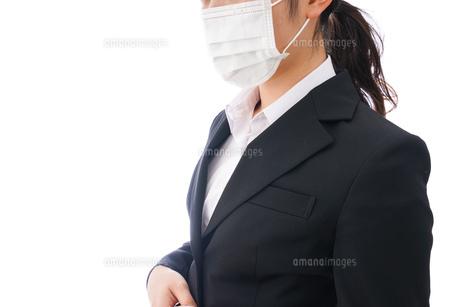 花粉症・風邪・インフルエンザに苦しみマスクをする若い女性の写真素材 [FYI04718074]