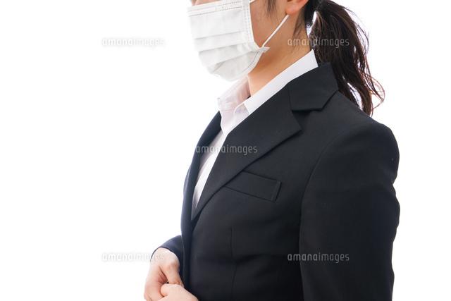 花粉症・風邪・インフルエンザに苦しみマスクをする若い女性の写真素材 [FYI04718075]