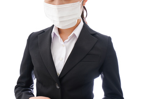 花粉症・風邪・インフルエンザに苦しみマスクをする若い女性の写真素材 [FYI04718076]