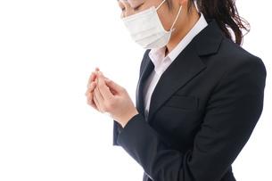 花粉症・風邪・インフルエンザに苦しみマスクをする若い女性の写真素材 [FYI04718077]